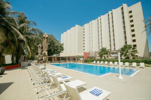 Le Groupe Accor Hotels est bien plus qu'un leader mondial. C'est 280 000 experts déterminés à réinventer l'hospitalité, non plus sous la forme d'un lieu ou d'un service, mais comme une série de moments connectés. Le Groupe place l'humain au cœur de toutes ses activités, et est animé par une passion immodérée pour le service et un goût du dépassement. Le Groupe Accor est présent au Sénégal depuis plusieurs années, à travers ses entités Novotel, Pullman Teranga et Ibis. Novotel Le Novotel Dakar est un hotel milieu de gamme pour affaires, réunion ou séjour en famillese situant en centre ville, prés de la place de l'indépendance. L'hotel dispose de 241 chambres climatisées et équipées d'une télévision et du wi-fi gratuit, neuf salles de réunion d'une capacité d'accueille de 200 personnes sont disponible. Pour déposer une candidature spontanée au Novotel, vous pouvez envoyer votre CV et lettre de motivation à H0529-HR@accor.com. Pullman Teranga Surplombant la baie de Dakar, le Pullman Dakar Teranga, hôtel cinq étoiles, vous propose 247 chambres et suites, spacieuses et au design moderne, avec vue sur l'océan Atlantique et l'île de Gorée. Entièrement rénové, des salles de séminaires en passant par le lobby Junction by Pullman, le restaurant et sa terrasse avec vue panoramique sur l'océan, le Pullman Dakar Teranga dispose d'un wifi gratuit. Vous souhaitez rejoindre l'équipe de Pullman Teranga ? Envoyez vite votre CV et lettre de motivation à nogaye.sene@accor.com ou h0563-HR@accor.com Vous pourriez aussi aimer : Les hotels qui recrutent au Sénégal Candidature Spontanée chez Auchan Sénégal Candidature Spontanée à Carrefour & CFAO Retail Recrutement Centre d'Appels au Sénégal